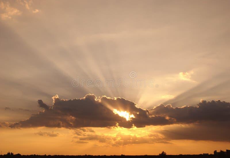 Ciel et nuages de soirée images stock