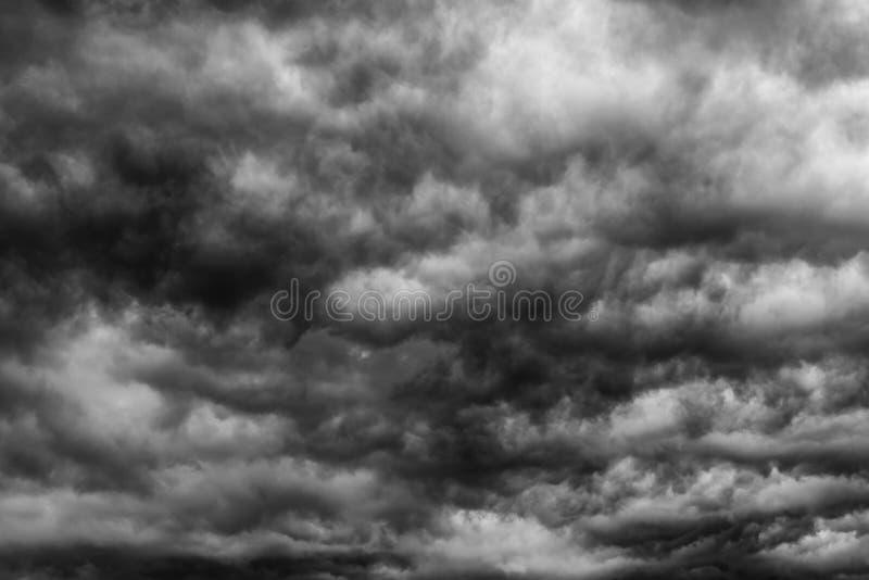 Ciel et nuages foncés dramatiques Fond de ciel nuageux Ciel noir avant orage et pluie Fond pour la mort, triste, s'affligeant photo libre de droits
