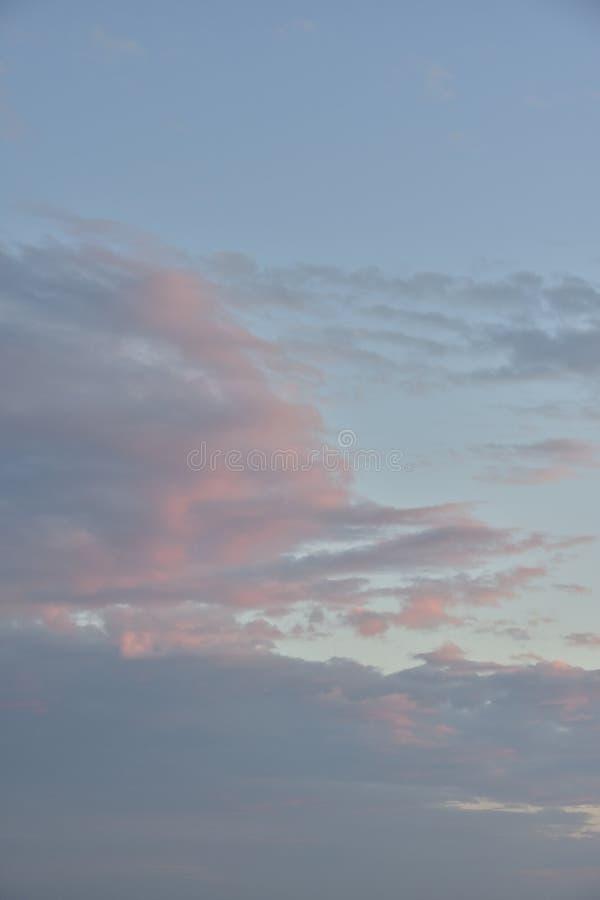 Ciel et nuages le soir photographie stock libre de droits