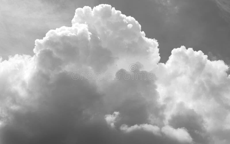 Ciel et nuages [noirs et blancs] photos libres de droits
