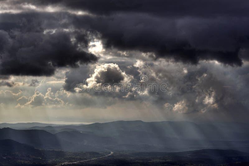 Ciel et nuages orageux photos stock