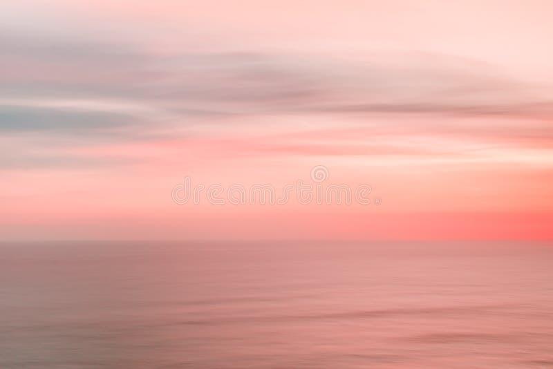 Ciel et océan brouillés de coucher du soleil photographie stock