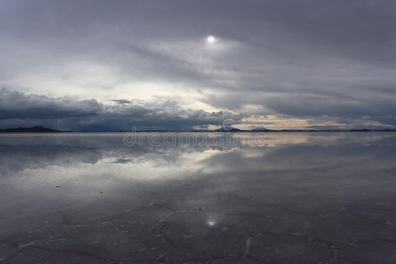 Download Ciel Et Réflexion Au-dessus Du Sel D'Uyuni Plat Photo stock - Image du bolivien, nuageux: 87703846
