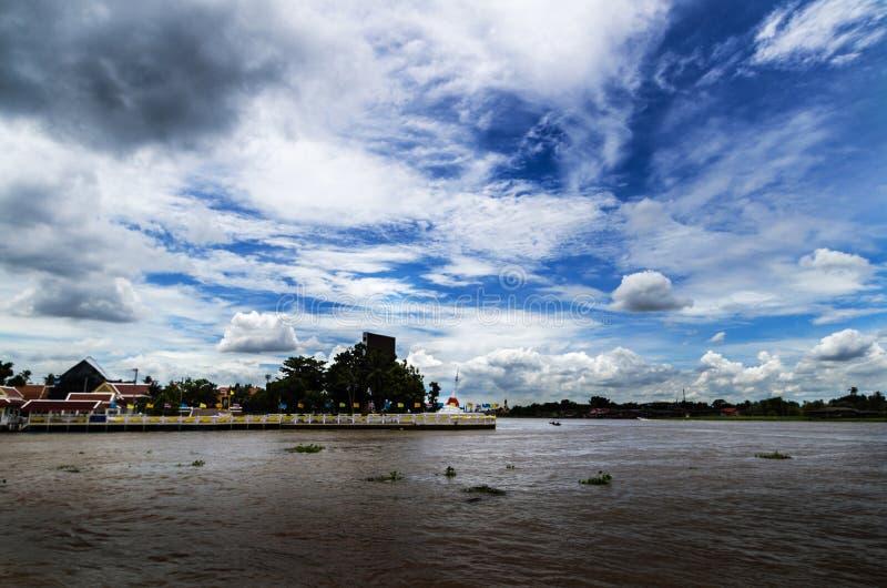 Ciel et rivière image stock