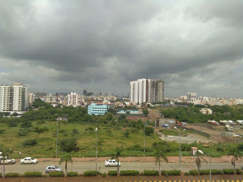 ciel et route et bâtiments, vehicals, ville, matin, ville, le trafic, vert, arbres photo libre de droits