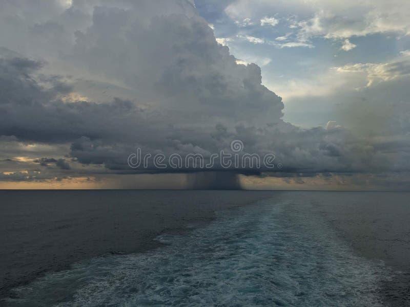 Ciel et vagues de l'océan Storm images libres de droits
