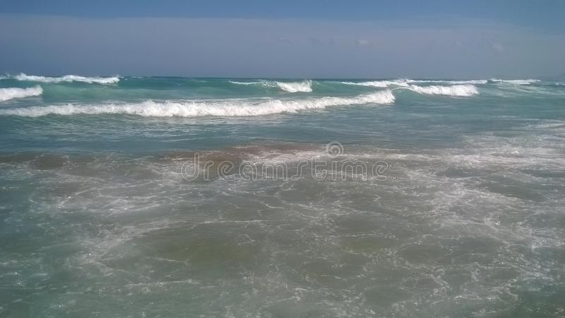 Ciel et vagues ensoleillés photo libre de droits