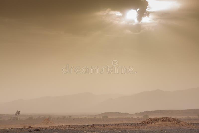 Ciel et vent menaçants dans le désert du Sahara au Maroc image libre de droits