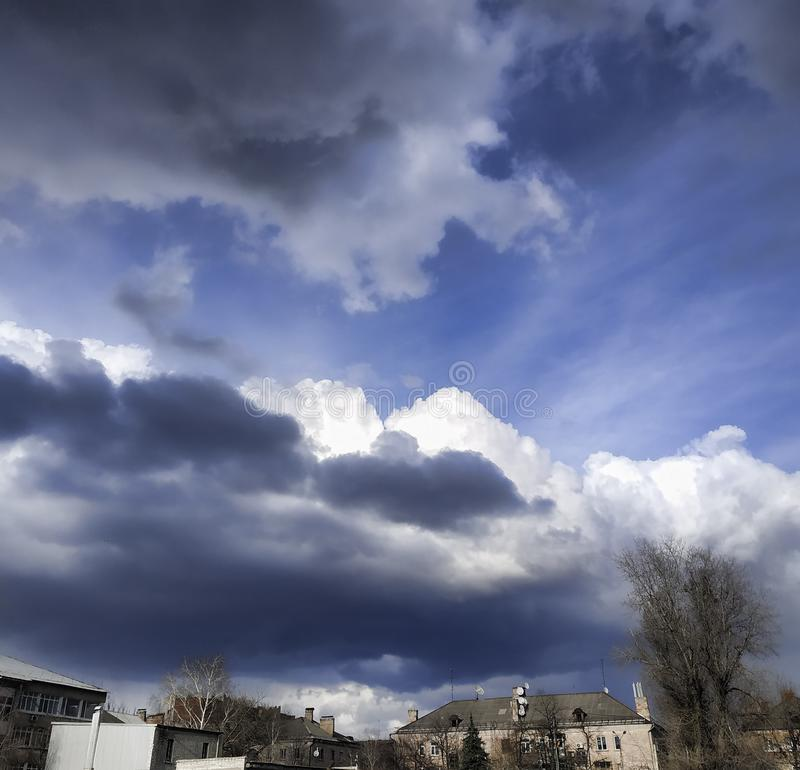 Ciel excessif au-dessus de la ville image libre de droits