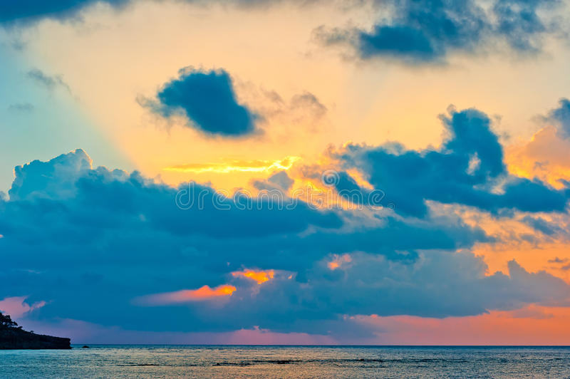 Ciel extraordinairement beau au lever de soleil au-dessus de la mer calme photo stock