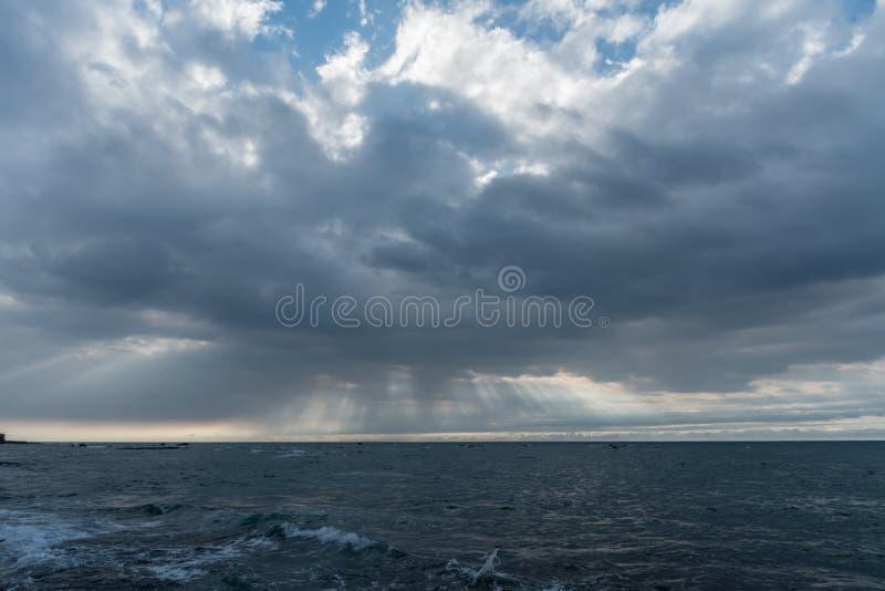 Ciel fantasmagorique au-dessus de l'océan pacifique à la suite de l'éruption volcanique sur la grande île d'Hawaï photos libres de droits