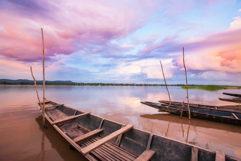 Ciel fantastique de coucher du soleil au-dessus du Mekong Nuages colorés réfléchissant sur une eau, premier plan thaïlandais  photographie stock