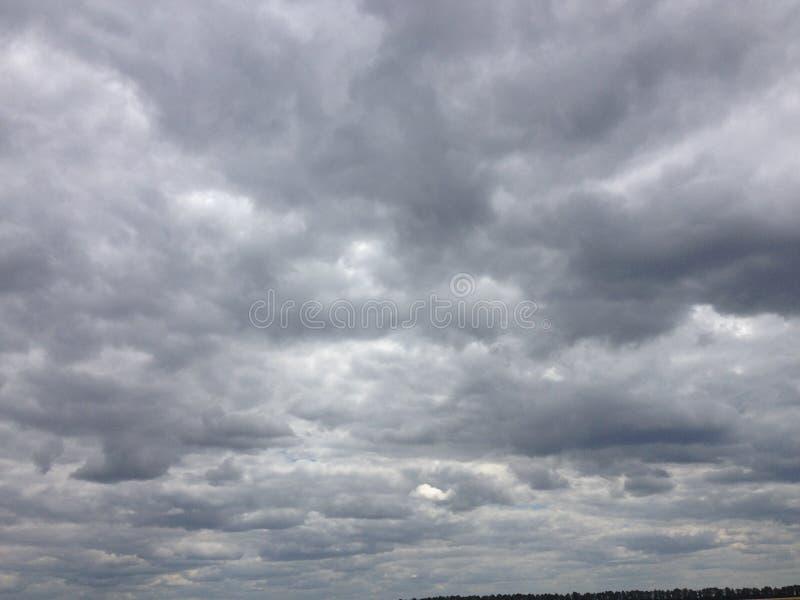 Ciel foncé avec des nuages photos libres de droits