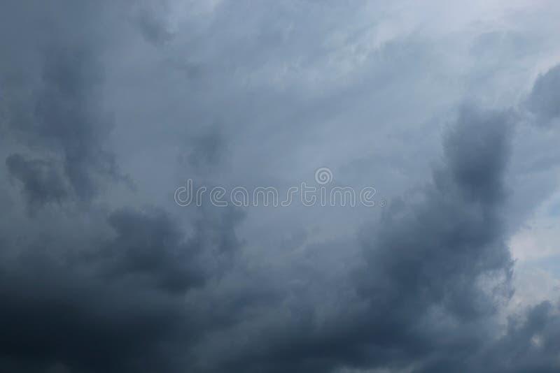 Ciel foncé avec des nuages de tempête photo libre de droits