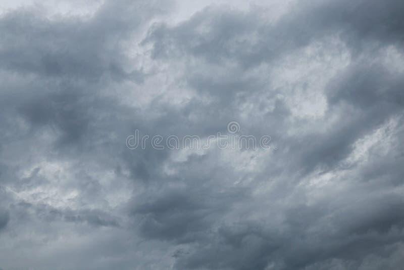 Ciel foncé avec des nuages de tempête image stock