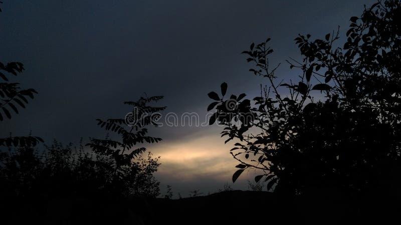 Ciel foncé avec la lumière photographie stock