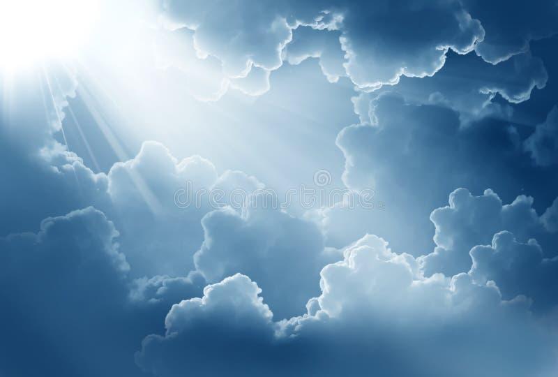 Ciel foncé avec le soleil photos libres de droits
