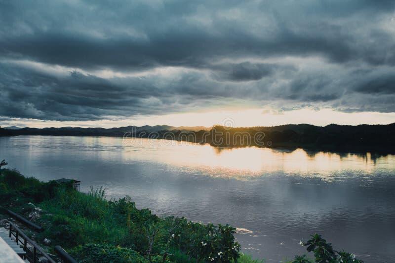 Ciel foncé de tempête au-dessus de la rivière de nuit image stock