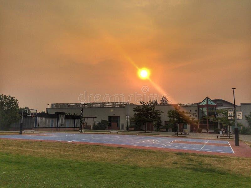 Ciel fumeux au-dessus d'université de rivières de Thompson images stock