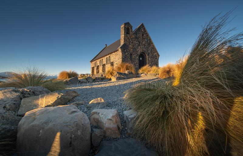 Ciel gentil au-dessus de la chapelle du bon berger, lac Tekapo photographie stock libre de droits