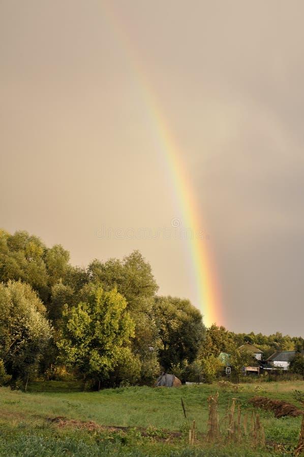 Ciel gentil Ciel pluvieux avec l'arc-en-ciel photographie stock libre de droits