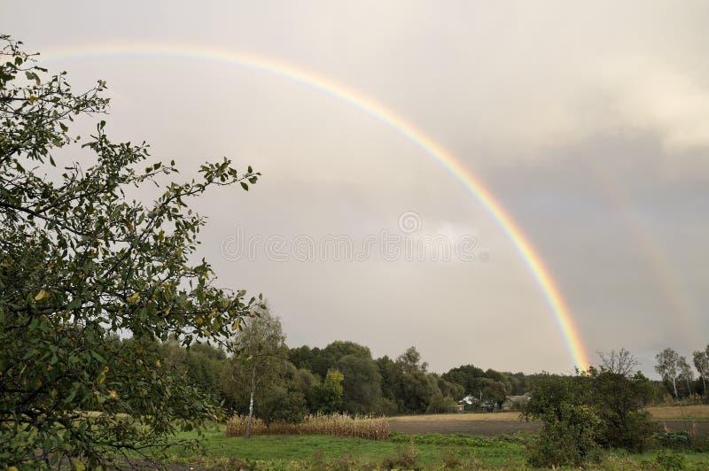 Ciel gentil Ciel pluvieux avec l'arc-en-ciel photos stock