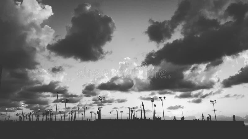 ciel gris de montagnes de dombaj de Caucase de belalakaya images stock
