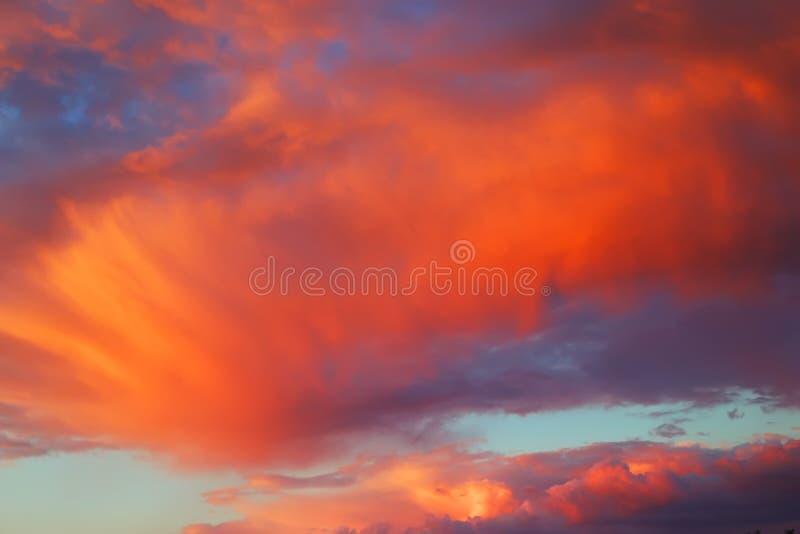 Ciel jaune rouge au coucher du soleil du jour photos stock