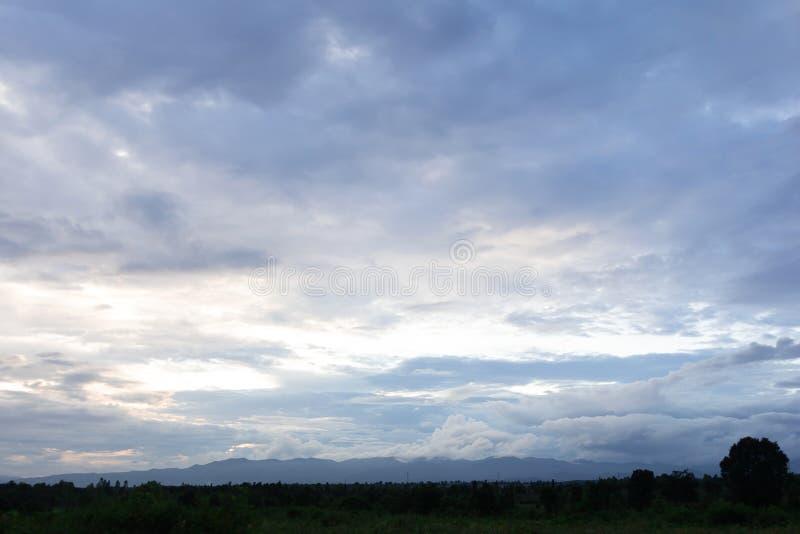 ciel le soir avant coucher du soleil photos libres de droits