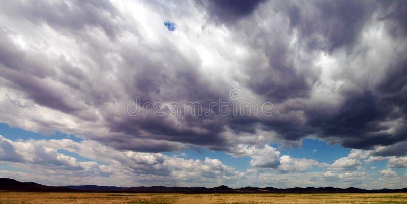 Ciel lourd au-dessus d'un champ photos stock