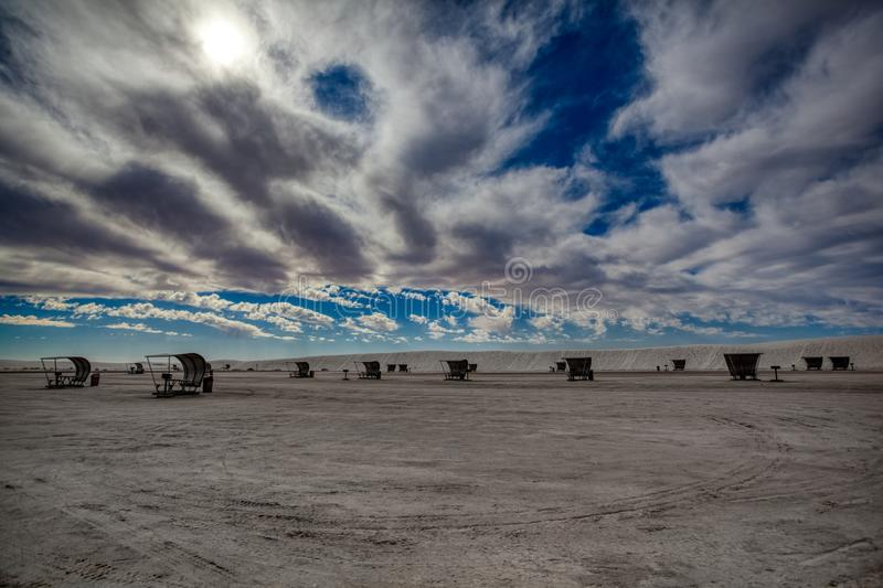 Ciel lourd au-dessus de l'aire de pique-nique blanche de monument national de sables photos stock