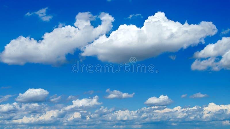 Ciel lumineux avec des nuages photo libre de droits