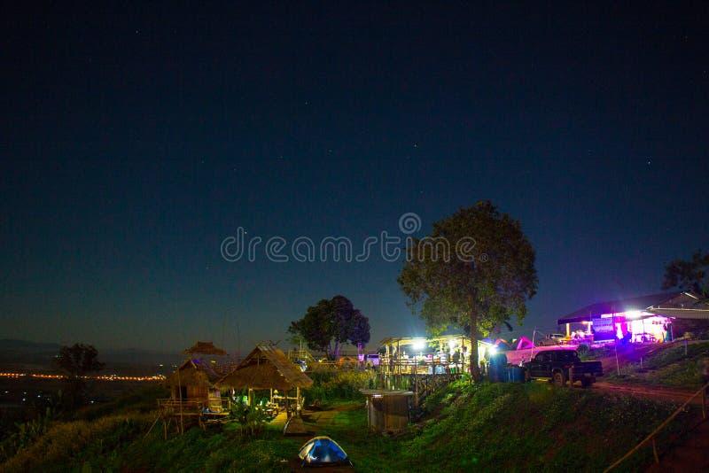 Ciel nocturne, étoiles et lune photo libre de droits