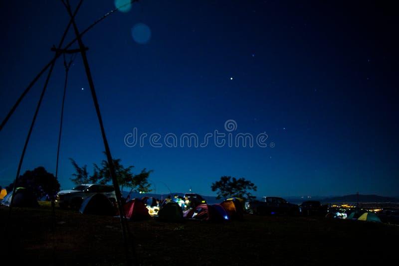 Ciel nocturne, étoiles et lune photographie stock