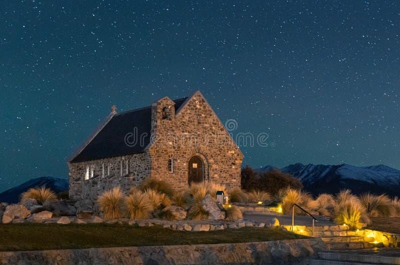 Ciel nocturne au-dessus de la chapelle du bon berger, lac Tekapo, Nouvelle-Zélande image libre de droits