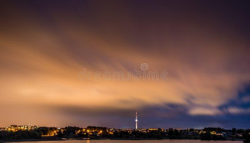 Ciel nocturne au-dessus de la ville images libres de droits