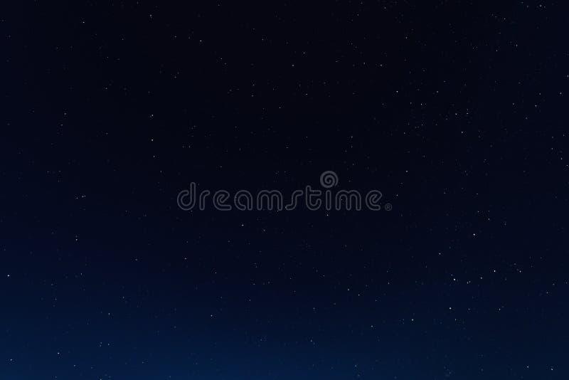 Ciel nocturne avec des étoiles et galaxie dans l'espace extra-atmosphérique, fond d'univers photos stock