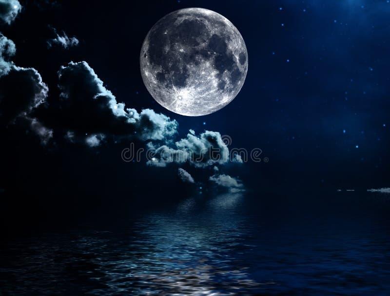 Ciel nocturne avec les étoiles et le fond de pleine lune photos libres de droits
