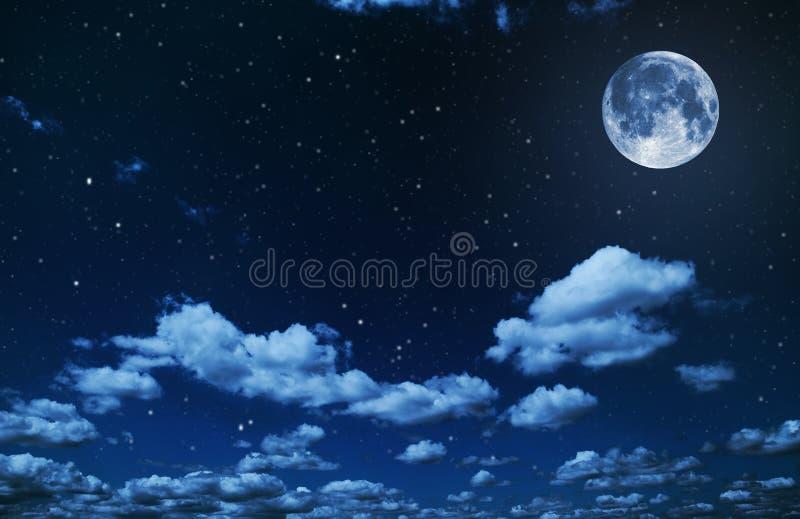 Ciel nocturne avec les étoiles et le fond de pleine lune images stock