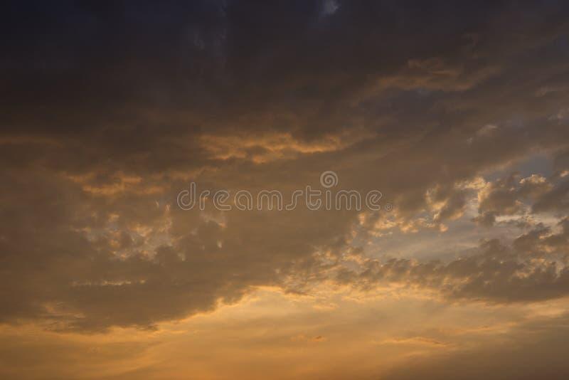 Ciel nocturne avec nuages colorés de pluie photographie stock