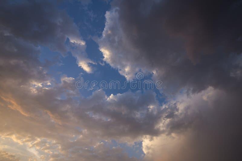 Ciel nocturne avec nuages colorés de pluie image libre de droits