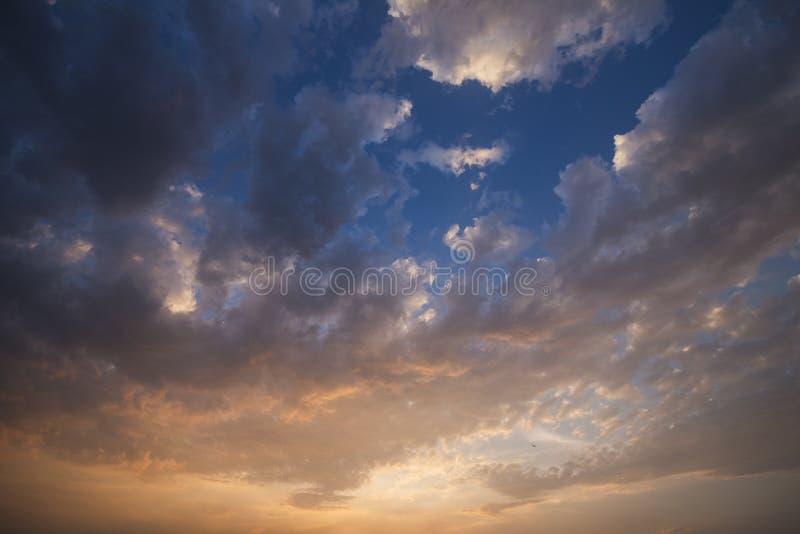 Ciel nocturne avec nuages colorés de pluie photographie stock libre de droits