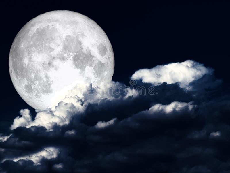 Ciel nocturne blanc de nuage de tas superbe de pleine lune photographie stock libre de droits
