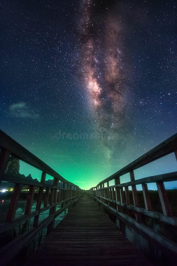 Ciel nocturne complètement d'étoile et de manière laiteuse évidente photos libres de droits