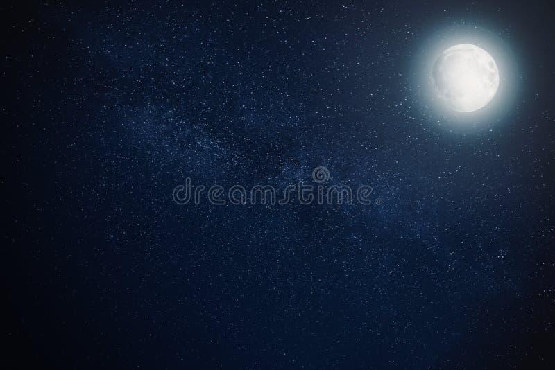 Ciel nocturne d'étoile de manière laiteuse avec la pleine lune images libres de droits