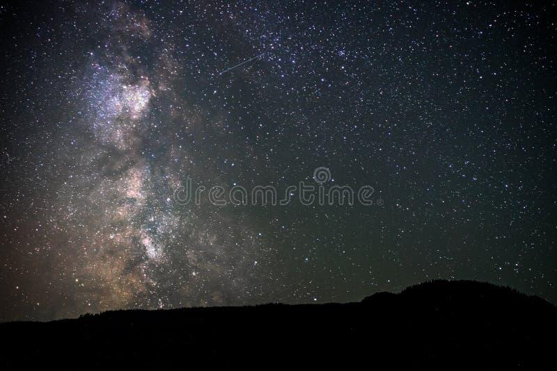 Ciel nocturne de galaxie de manière laiteuse au-dessus de petit étang avec la réflexion Canada, Colombie-Britannique photographie stock libre de droits