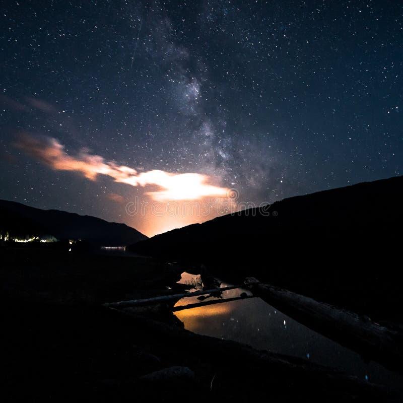 Ciel nocturne de galaxie de manière laiteuse au-dessus de petit étang avec la réflexion Canada, Colombie-Britannique image stock