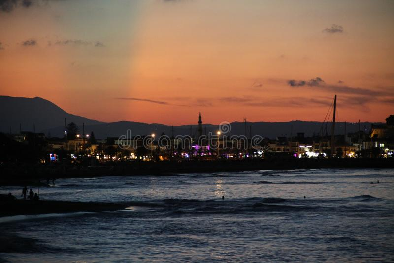 Ciel nocturne et mer oranges photographie stock