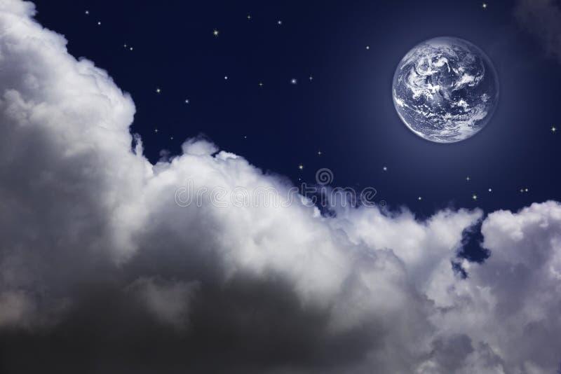 Ciel nocturne lumineux avec une lune, des étoiles et des nuages photos stock