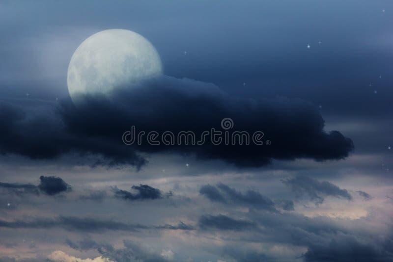Ciel nocturne lumineux avec une lune, des étoiles et des nuages images libres de droits